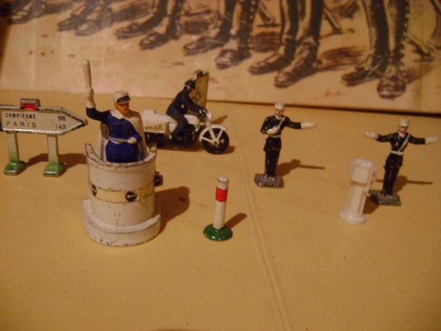 Les figurines anciennes, leurs accessoires et leurs décors. Dsc03651
