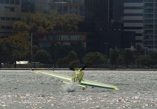 Piloto brasileiro da 'F-1 Aérea' se acidenta em treino; avião caiu na água F1-aer12