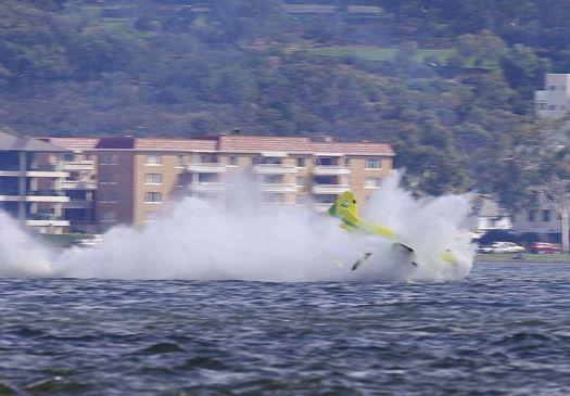 Piloto brasileiro da 'F-1 Aérea' se acidenta em treino; avião caiu na água F1-aer15