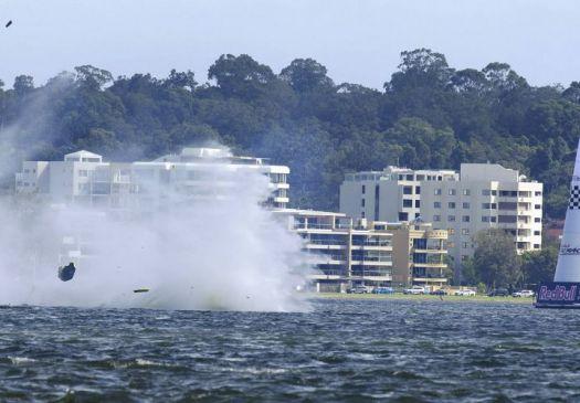 Piloto brasileiro da 'F-1 Aérea' se acidenta em treino; avião caiu na água F1-aer16
