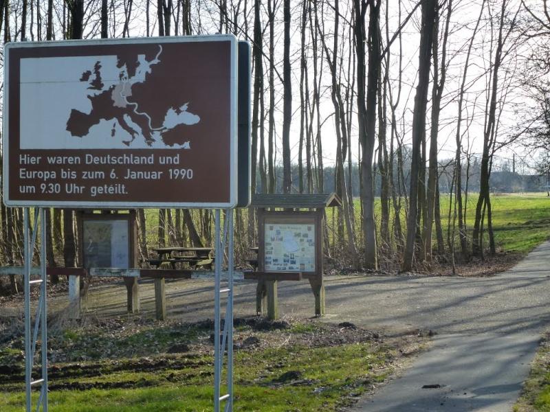 """Panneaux """"mémorial de la chute du rideau de fer entre les deux Allemagne (1393 km) """" 11755810"""