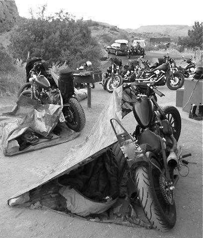Vieilles photos (pour ceux qui aiment les anciennes photos de bikers ou autre......) 12079710