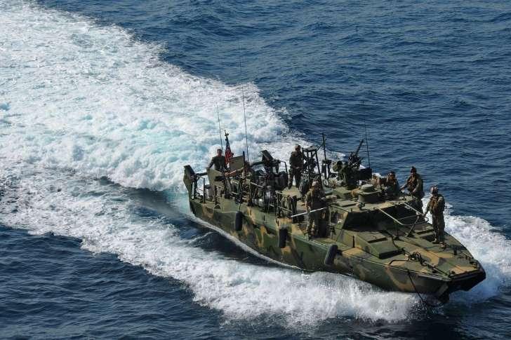 Deux navires de la marine américaine appréhendés par l'Iran (janvier 2016).....a coter de navires francais et americain Ccsc7i10