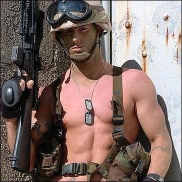 decembre : c'est la militaire la plus sexy du monde !  ........et mister decembre aussi. Milita10