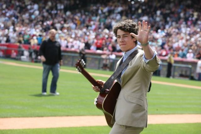 Jonas-Domingo de Pascua de rendimiento en el Angels Stadium para el 30 º Aniversario de la Iglesia Saddleback 12311