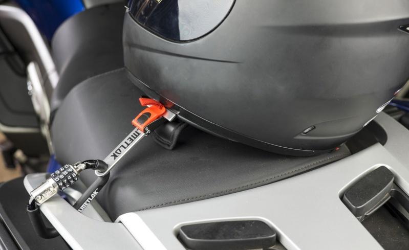 fixer son casque sur le coter de la moto Antivo10