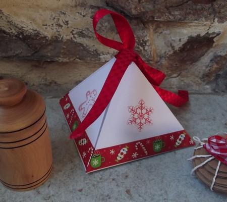 25 Novembre - emballage en forme de pyramide. 00511