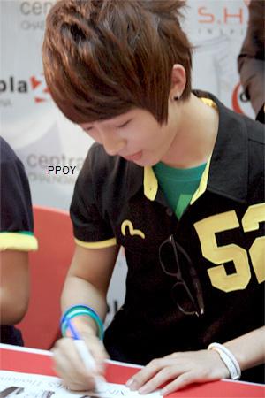 [PHOTOS] Hyumin avant DGNA 20090810