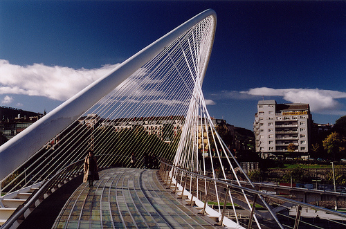 Première mondiale : 2011, le pont à haubans et tablier courbe de Térénez 14730110