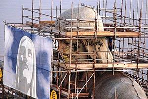 Vándalos pintan graffiti en estatua del Cristo Redentor de Río File_210
