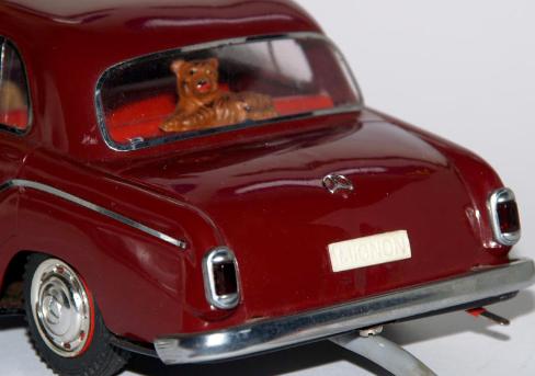 """Un document illustré de 60 pages """"AUTO mobile une aventure racontée par le jouet"""" au musée de POISSY Captur24"""