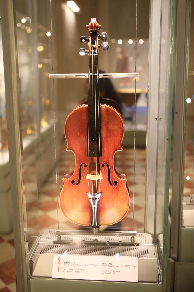 Stradivari?  E il pianoforte dove è nato? Img_7431