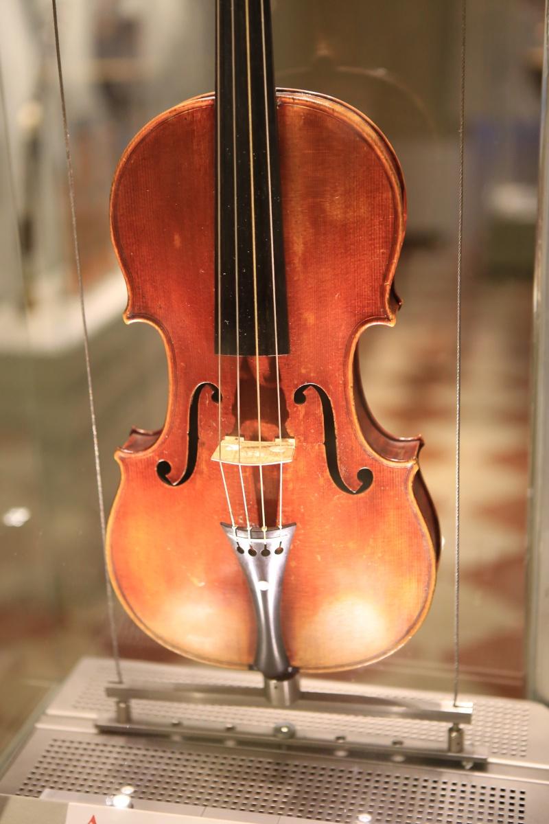 Stradivari?  E il pianoforte dove è nato? Img_7432