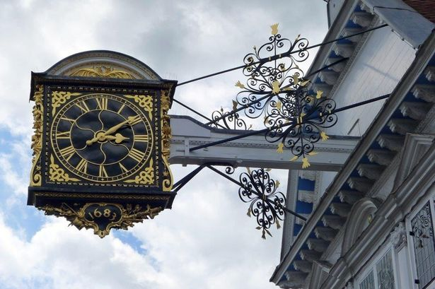 Reçu un beau diapo....Les horloges et pendules des rues..... - Page 6 Guildf10