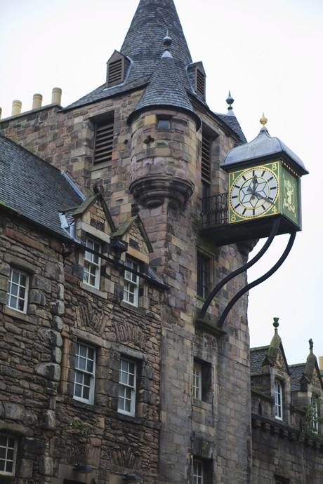 Reçu un beau diapo....Les horloges et pendules des rues..... - Page 5 Horl_e10
