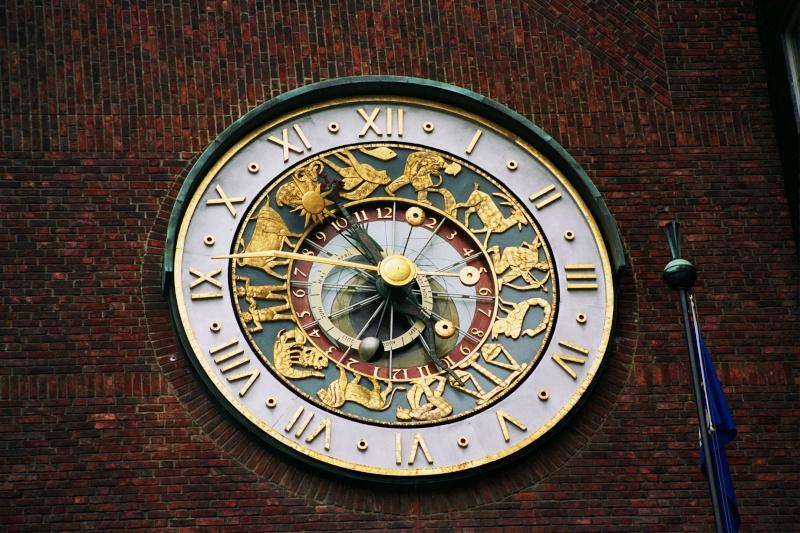 Reçu un beau diapo....Les horloges et pendules des rues..... - Page 7 Oslo10