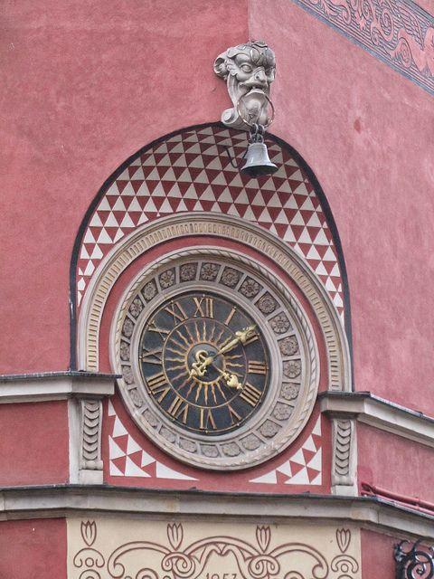 Reçu un beau diapo....Les horloges et pendules des rues..... - Page 7 Varsov11