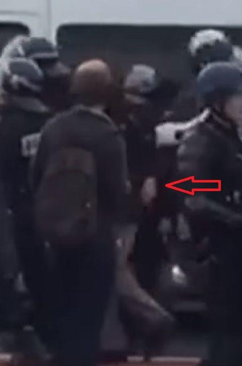 le général Piquemal sort du silence en venant à Calais malgré l'interdiction de la manifestation - arrestation du général Piquemal  - Page 5 Gal-pi11