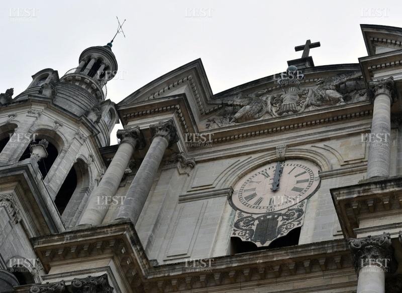 Reçu un beau diapo....Les horloges et pendules des rues..... - Page 6 A-12-h10