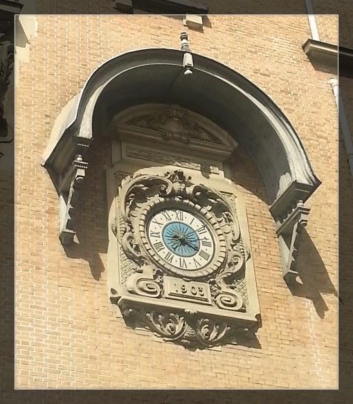 Reçu un beau diapo....Les horloges et pendules des rues..... - Page 4 Hotel_10