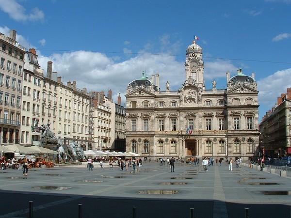 Par ordre alphabétique, des villes et des villages . - Page 39 Lyon-f10