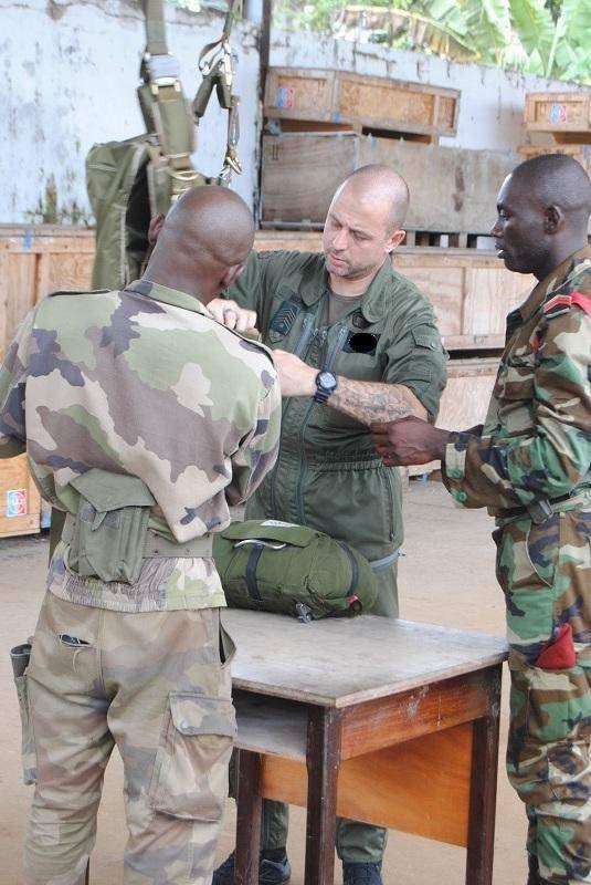 Armée du Gabon - Page 4 1238