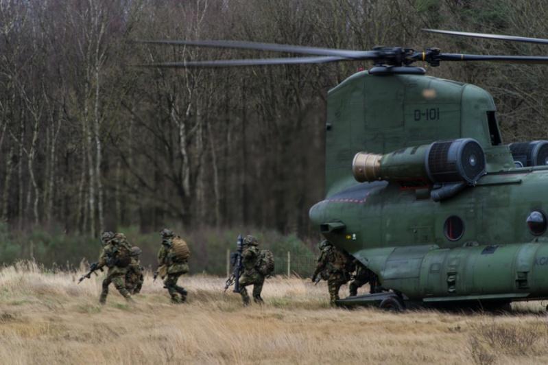 Armée Hollandaise/Armed forces of the Netherlands/Nederlandse krijgsmacht - Page 18 14242