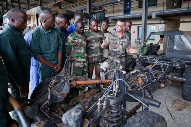 Armée du Gabon - Page 4 1732