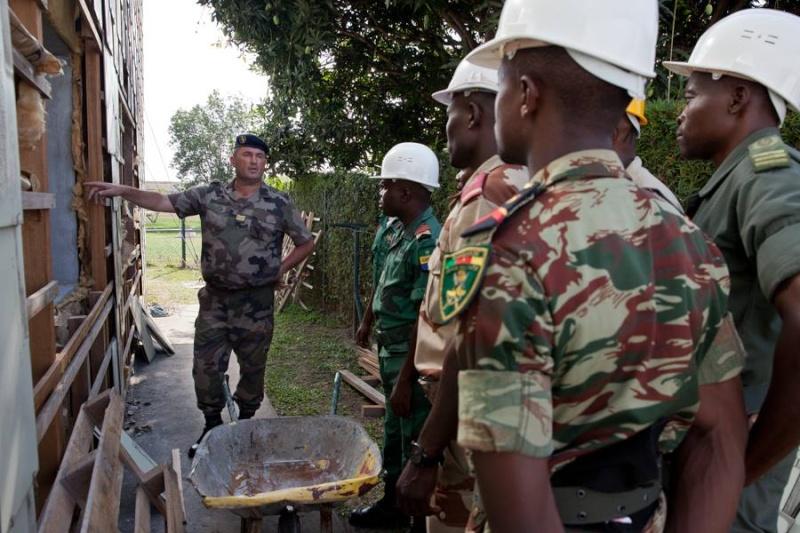 Armée du Gabon - Page 4 2123