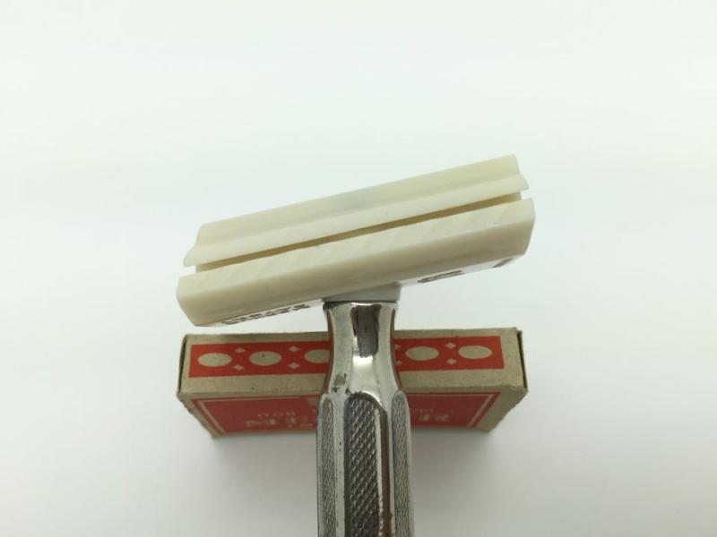 Shave Oddity : le fil du rasoir bizarre :D - Page 4 12243910