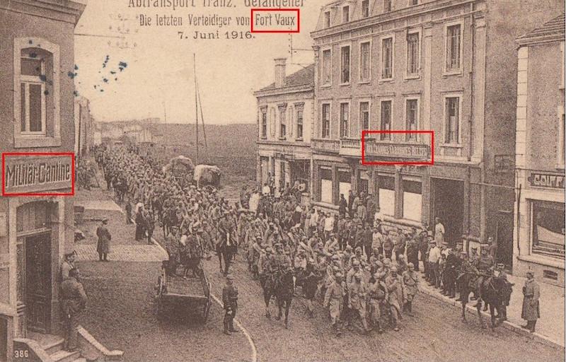 CPA prisonniers français défilant rue de Verdun à Piennes (54) 1916 Fort_v10
