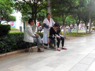Avril 2015 en Chine (6) : Kunming, les masseurs dans la rue, la voie ferrée du Yunnan Massag11