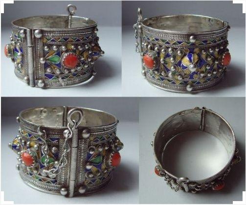 Un bijou berbère avec émail Captur10