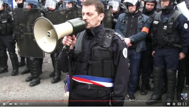 le général Piquemal sort du silence en venant à Calais malgré l'interdiction de la manifestation - arrestation du général Piquemal  - Page 5 Piquem10
