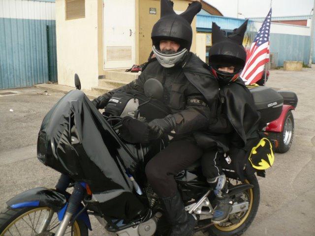 [clos] Concours photo: Votre moto sur fond d'humour (ou d'ironie) Bat_tr11