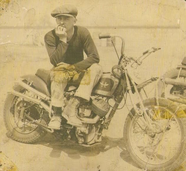 Vieilles photos (pour ceux qui aiment les anciennes photos de bikers ou autre......) - Page 4 1961-v10