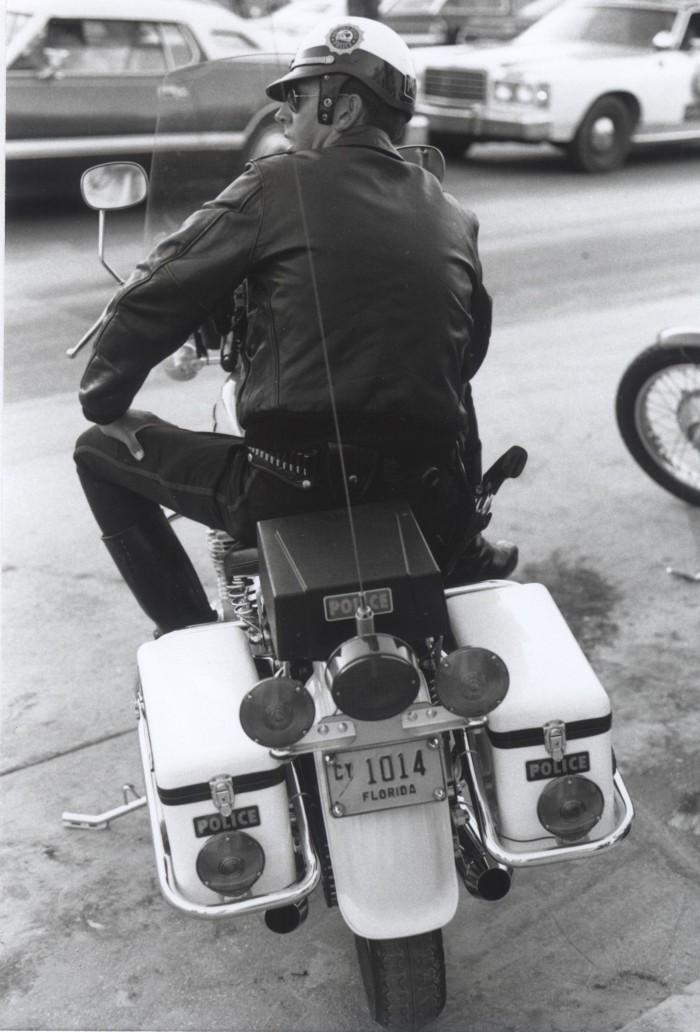 Vieilles photos (pour ceux qui aiment les anciennes photos de bikers ou autre......) - Page 2 Flic-010