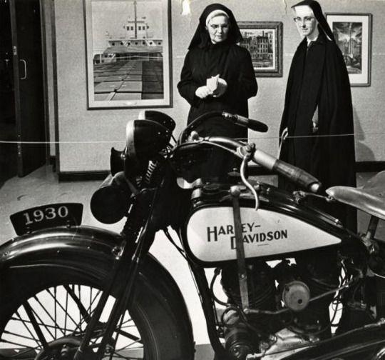 Vieilles photos (pour ceux qui aiment les anciennes photos de bikers ou autre......) - Page 9 Nonnes10
