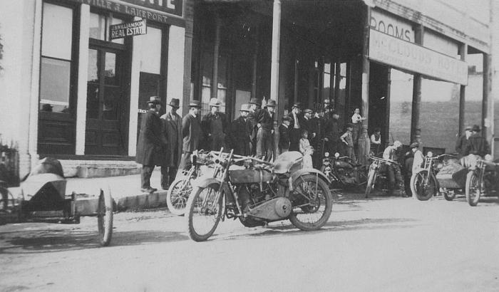 Vieilles photos (pour ceux qui aiment les anciennes photos de bikers ou autre......) - Page 4 Oaklan13