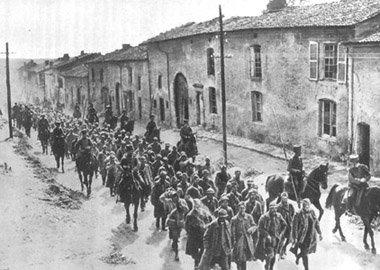 CPA prisonniers français défilant rue de Verdun à Piennes (54) 1916 Pienne10