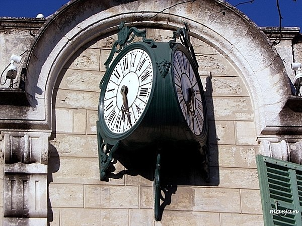 Reçu un beau diapo....Les horloges et pendules des rues..... - Page 7 Barban10