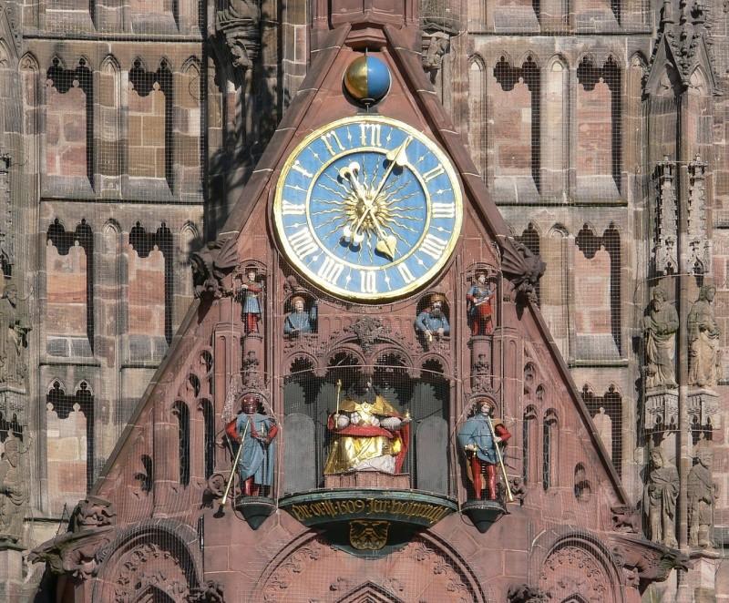Reçu un beau diapo....Les horloges et pendules des rues..... - Page 5 Nyrnbe10