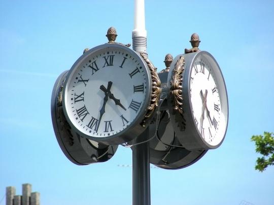 Reçu un beau diapo....Les horloges et pendules des rues..... - Page 7 Toulou10