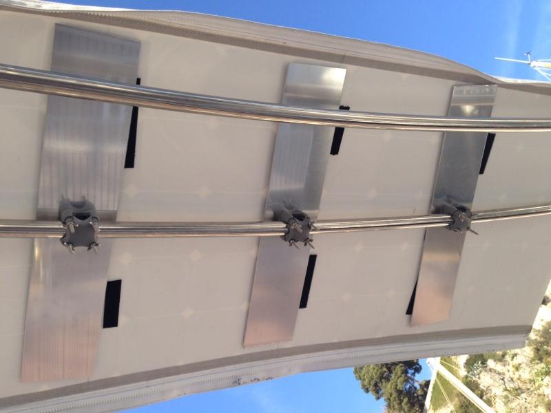 Support panneaux souples sur barre bimini Img_3322