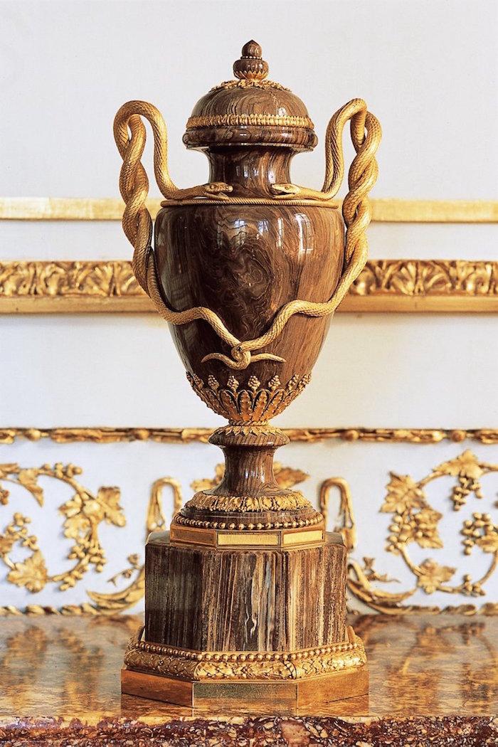 Collection de Marie-Antoinette d'objets et meubles en bois pétrifié  Arton314