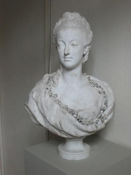 Marie Antoinette, par (et d'après) Louis-Simon Boizot Buste_12