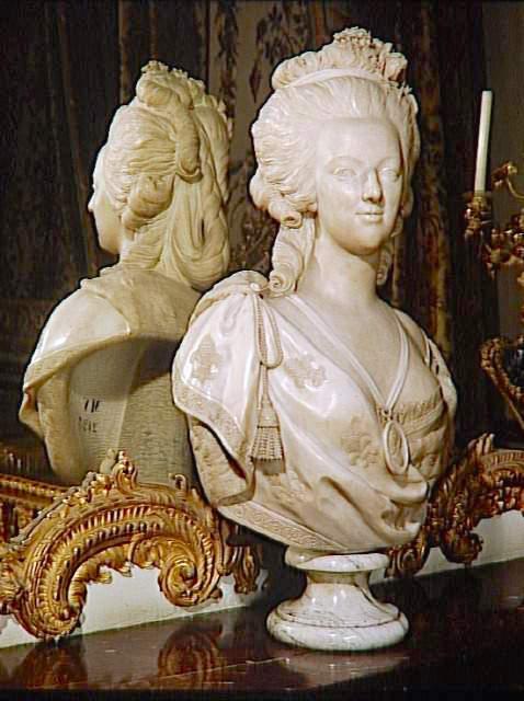 Bustes de Marie Antoinette par et d'après Félix Lecomte Marbre11