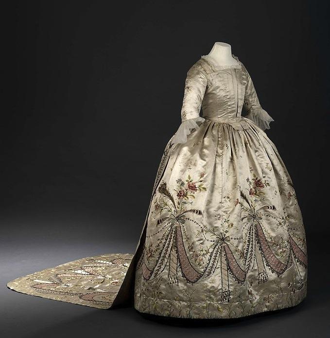 les robes à panier de Marie-Antoinette 56008d10