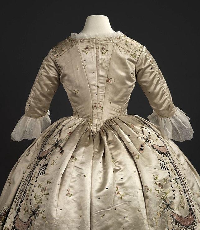 les robes à panier de Marie-Antoinette 8245a910