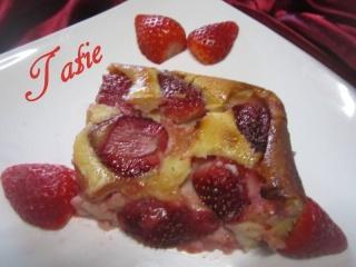 Clafoutis aux fraises & crème fraiche. 12509211